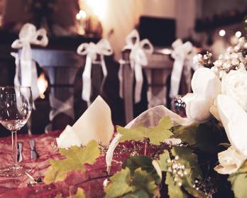 Festlich eingedeckte Tische mit Blumenschmuck